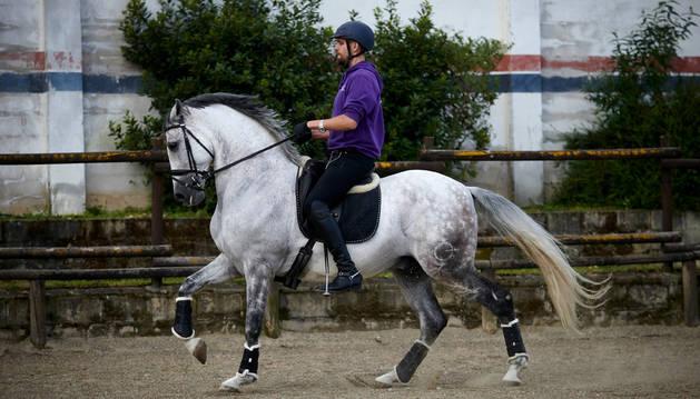 Mikel Otxotorena Araiz disfruta de uno de los primeros días en los que se permite montar a caballo a los jinetes federados tras el confinamiento.