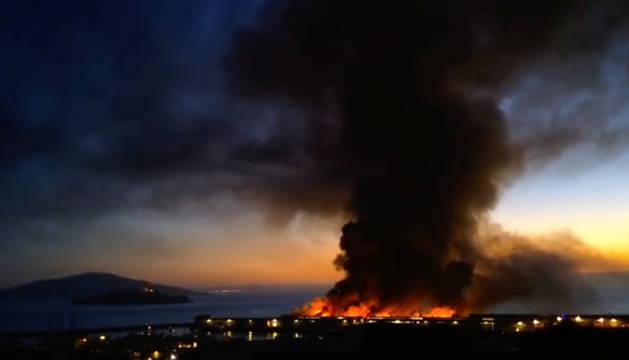 Imagen del fuego en el muelle de San Francisco, la noche del sábado.