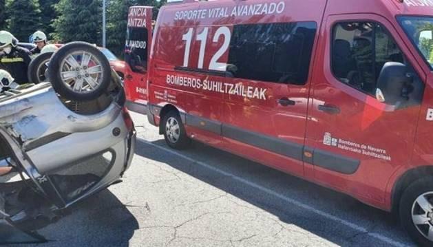 Foto de un accidente en la rotonda entre Burlada y Villava.