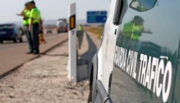 Imagen de archivo de dos agentes de la Guardia Civil en un accidente de tráfico.