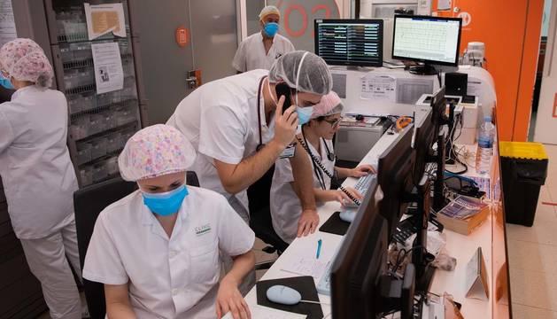 Foto de profesionales sanitarios en un hospital de Barcelona durante la pandemia de coronavirus.
