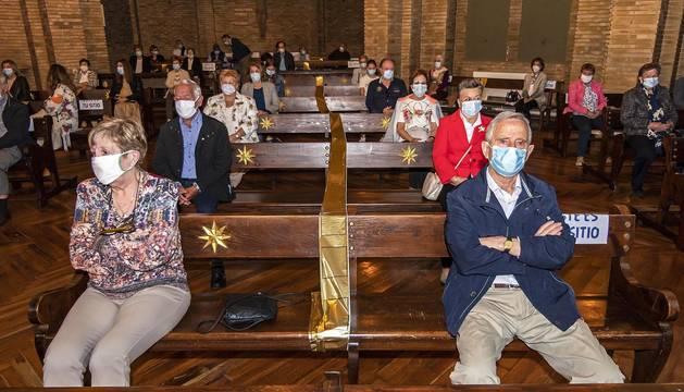 Interior de la basílica del Puy durante la misa el mediodía, con los feligreses separados y con las mascarillas.