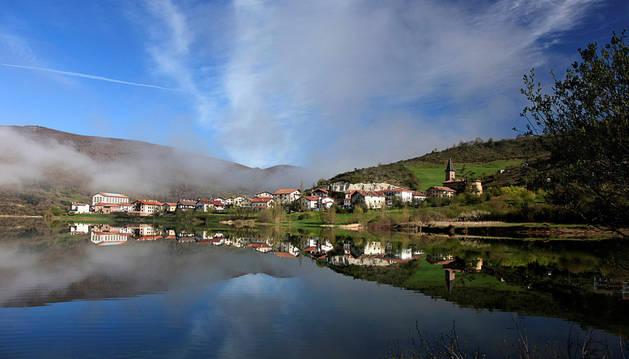 Foto de archivo de la localidad de Eugi con su pantano en primer término.