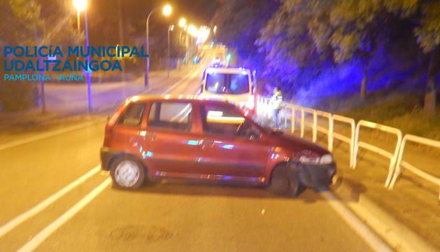 Imagen del estado en el que quedó el vehículo que chocó contra unas vallas en la calle Biurdana.