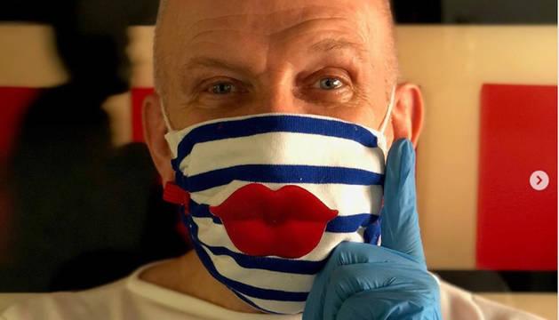 foto de Uno de los curiosos diseños de mascarilla de la marca Jean Paul Gaultier
