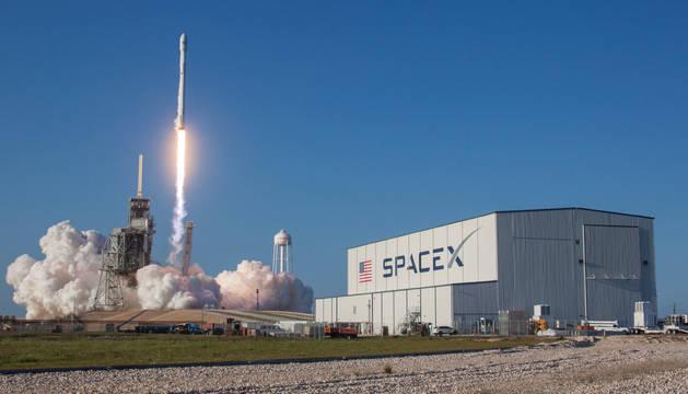 foto de Momento del lanzamiento del primer vuelo orbital de un cohete SpaceX Falcon 9 desde el Centro Espacial Kennedy en Florida
