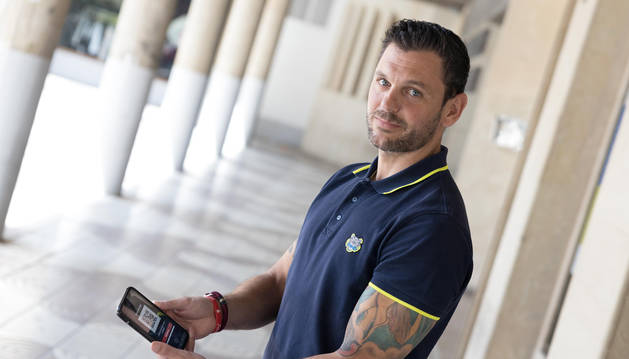 Foto del director comercial de QR4services, Samuel Pozos López, muestra la App descargada en su móvil.