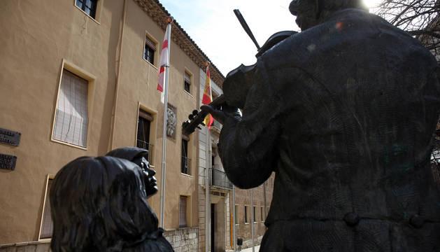 Foto de la entrada principal del centro cultural Castel-Ruiz, sede de la Escuela de Música y Conservatorio de Tudela.