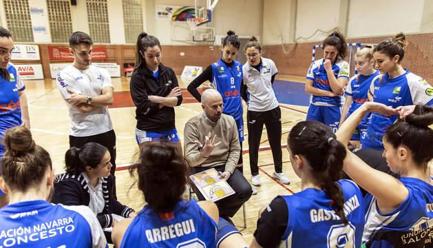 El entrenador del Osés, Jotas Unzué, da indicaciones a sus jugadoras en un partido disputado en Zizur.