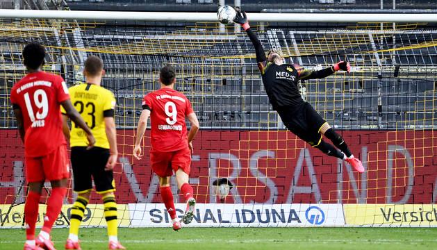 Bürki, meta del Borussia Dortmund, intenta despejar sin éxito la vaselina de Kimmich que dio el triunfo al Bayern..