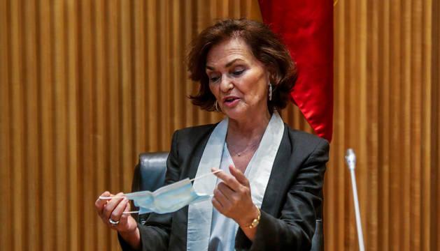 La vicepresidenta Carmen Calvo maneja una mascarilla antes de ponérsela en una sesión del Congreso de los Diputados.