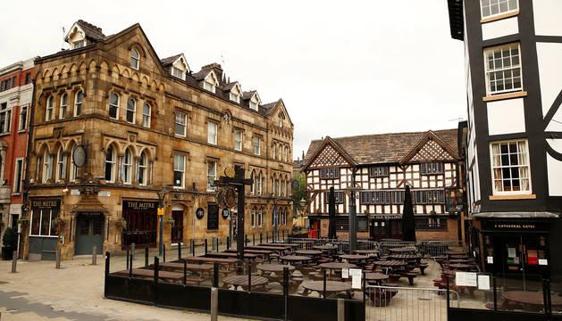 Exterior desierto de un pub en Manchester.