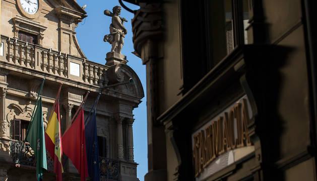 Banderas a media asta en el Ayuntamiento de Pamplona en señal de luto por las víctimas del coronavirus.