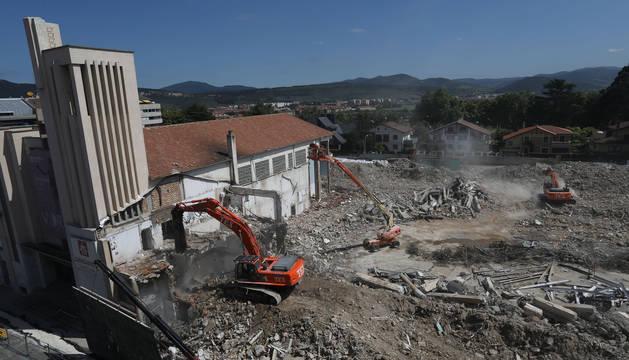 foto de La pala excavadora arremete contra la torre principal del antiguo colegio situado en el Ensanche.