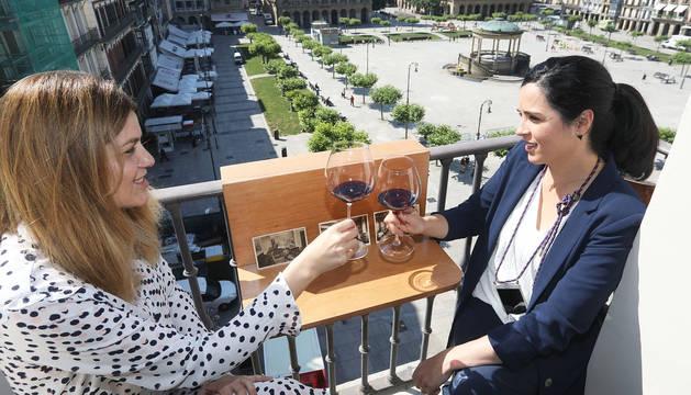 Dos personas brindan en uno de los balcones del Hotel La Perla durante la presentación de sus