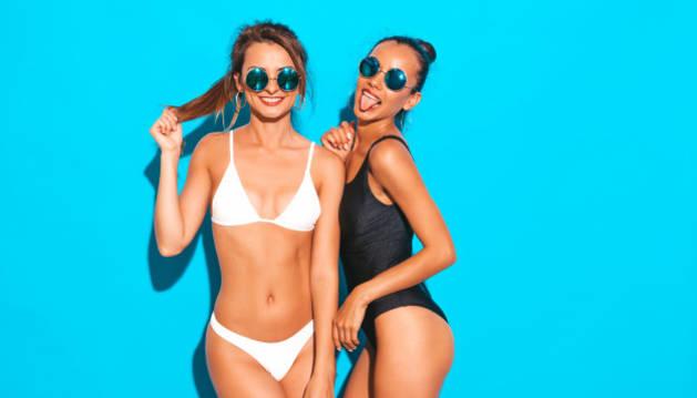 Dos mujeres lucen sendos bikinis