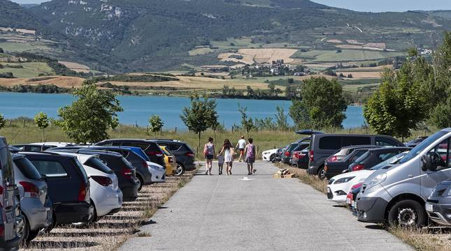 Parking de la bahía de Lerate este jueves por la tarde, con casi 300 plazas de estacionamiento regulado a orillas del embalse de Alloz.