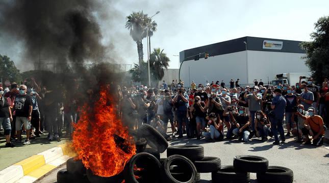 Foto de decenas de trabajadores de la fábrica de Nissan en la Zona Franca de Barcelona protestando.