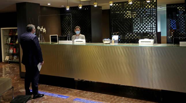 Imagen de la recepción del Hotel Tres Reyes, que reabrió sus puertas a los clientes esta misma semana.