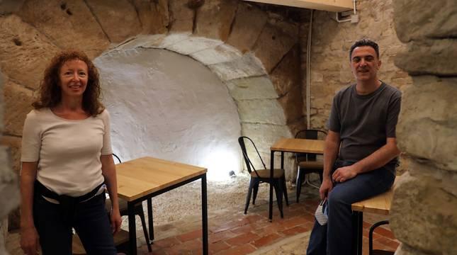 Gael Cecchetto y Luis González, con el arco romano. A la derecha está el pozo medieval y tras la cámara el pasadizo al pozo público.
