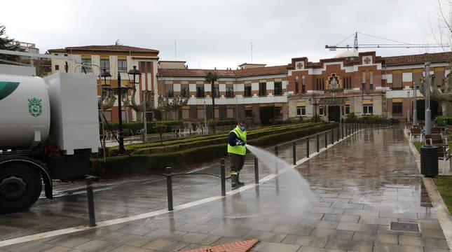 Un operario realiza labores de limpieza en el exterior de la Casa de la Misericordia de Pamplona.