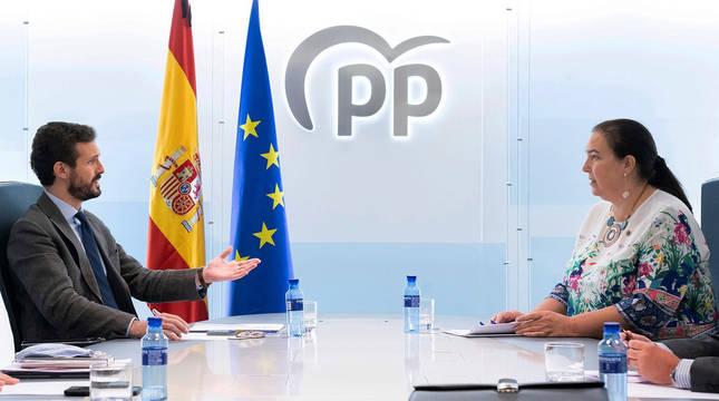 El líder del PP, Pablo Casado, durante la reunión que ha mantenido con representantes de la Asociación de Victimas del Terrorismo (AVT), encabezados por su presidenta, Maite Araluce.