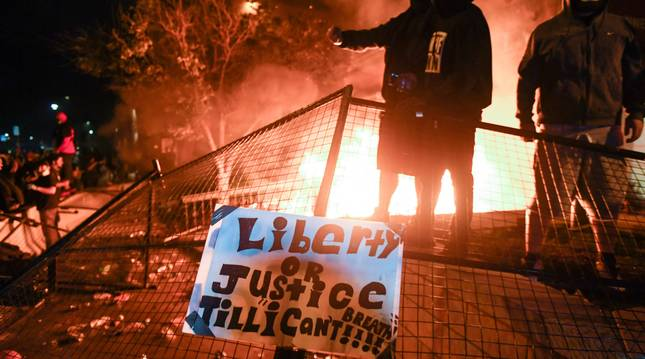 Miles de personas participaron esta noches en la tercera noche consecutiva de protestas en Mineápolis (Minesota) por la muerte a manos de la Policía del afroamericano George Floyd