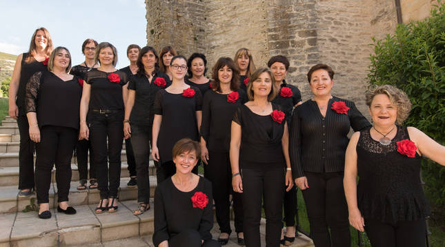Foto del Coro de Tiebas, dirigido por Itziar Bueno Zamarbide, es uno de los grupos femeninos pertenecientes a  la Federación de Coros de Navarra.