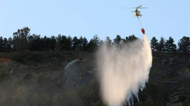 Foto de un helicóptero sobre el foco del incendio del monte San Cristóbal.