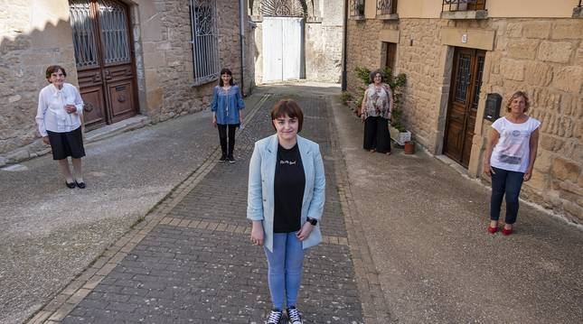 Foto de Desde la izquierda, Iluminada Chandía, 90 años; Pilar Casanova, su hija María Pilar Lacalle, de 19; la alcaldesa, Carmen Puerta, y Esther Díaz de Cerio, hija de Iluminada. .