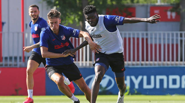 Marcos Llorente y Thomas Partney, durante un entrenamiento del Atlético en Majadahonda.