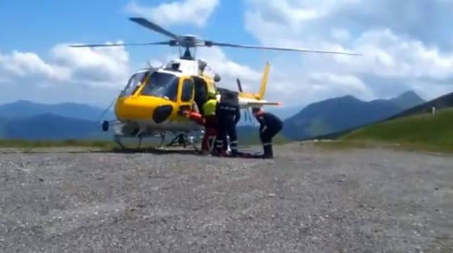 Los servicios de emergencia suben al herido al helicóptero.