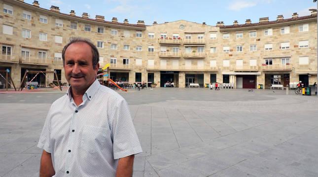 Manuel Romero Pardo posa en la plaza Mutiloa de Mutilva, en la que se asienta el ayuntamiento que preside desde hace 25 años.