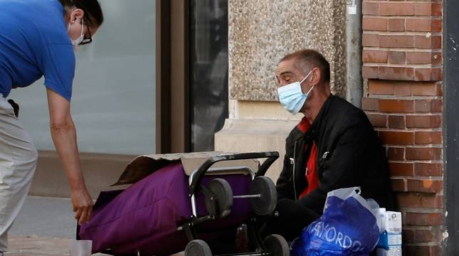 Una persona sin recursos, en una calle de Valencia.