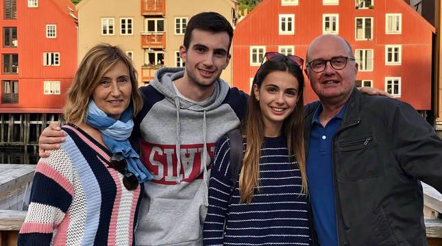 Con sus hijos Bruno y Myriam y su marido Pierre, en Trondheim (Noruega), donde Bruno ha cursado Erasmus.