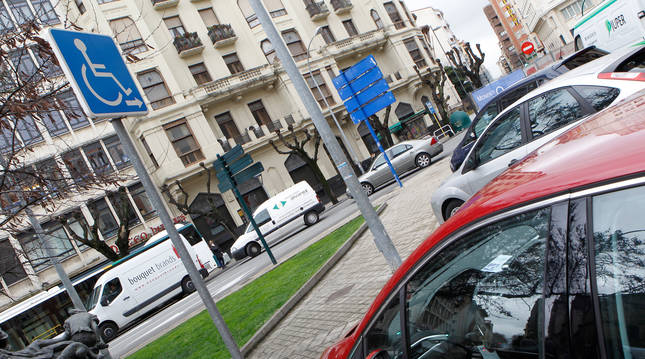 Un coche, aparcado en una plaza reservada para personas con discapacidad en Pamplona.