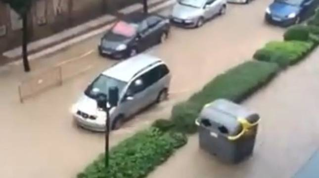 foto de Una calle de Tudela inundada, con un contenedor arrastrado por la fuerza del agua