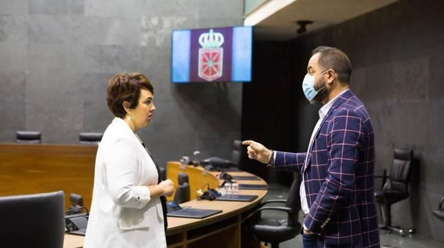 Imagen de los parlamentarios Ainhoa Aznarez y Ramón Alzórriz, este lunes en el Parlamento foral.