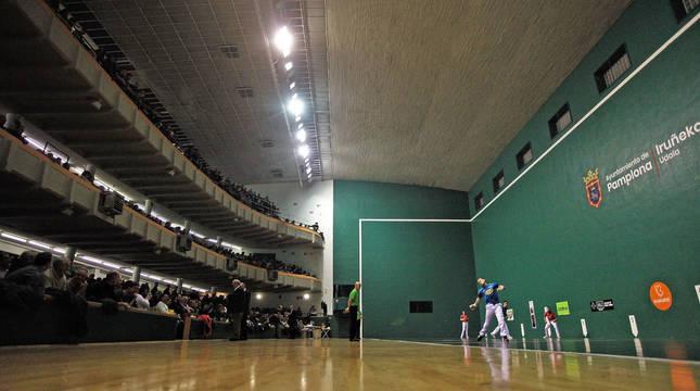 Aspecto del frontón Labrit en uno de los últimos partidos del campeonato de Parejas. La instalación puede reabrirse en una semana.