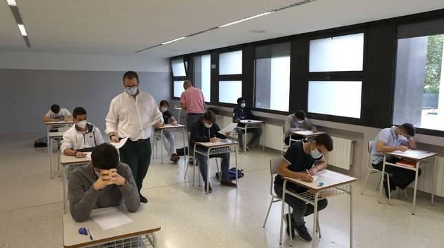 Alumnos de Miravalles-El Redín, este lunes en un ensayo de la EvAU. El colegio reabrió sus puertas.