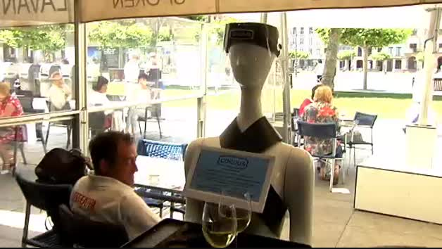 "Vídeo: Un bar de Pamplona ""contrata"" a un robot para servir a los clientes"