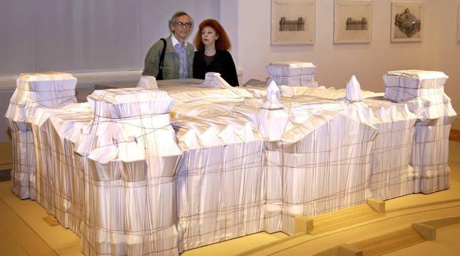 Christo y Jeanne-Claude, ante la maqueta del Reichstag cubierto.