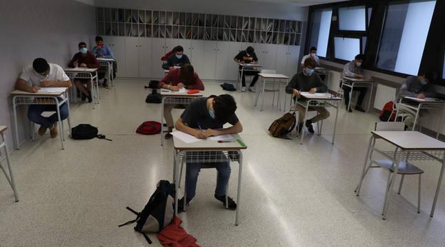 Foto de estudiantes de Miravalles-El Redín, en clase durante la pandemia de coronavirus.