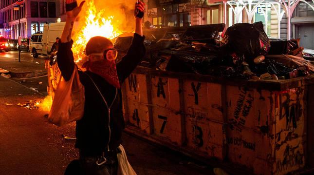 Foto de un manifestante camina con las manos en alto en el distrito de Manhattan.