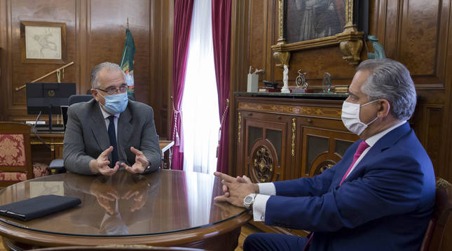 Foto de una reunión mantenida entre Enrique Maya y Juan Miguel Sucunza (CEN).