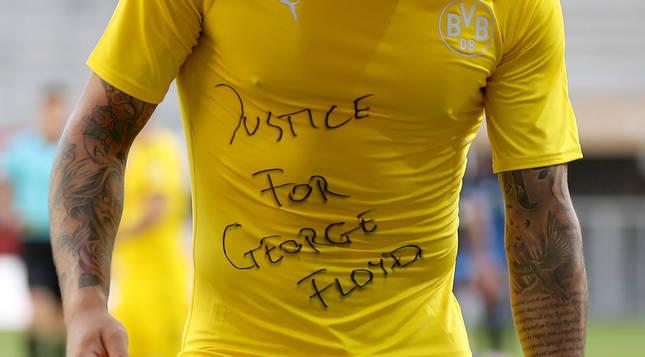 Jadon Sancho reclama justicia para George Floyd en la celebración de uno de sus goles contra el Paderborn.