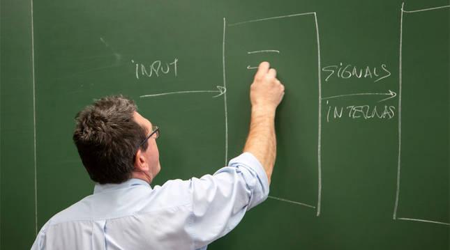 Foto de un profesor dando clase en la UPNA.
