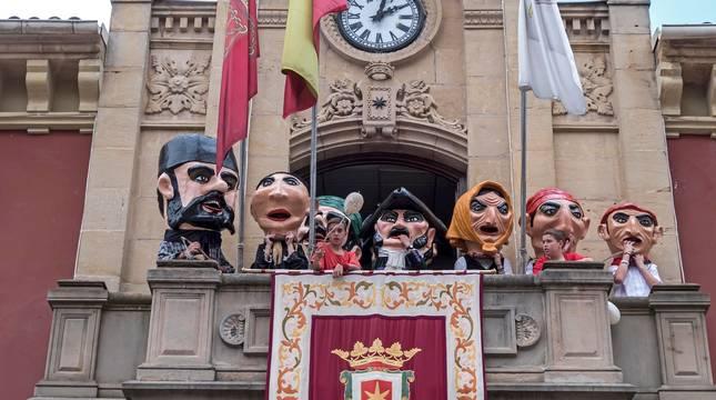 Los cabezudos se asoman al balcón consistorial a su regreso el año pasado de la despedida de la plaza de los Fueros.