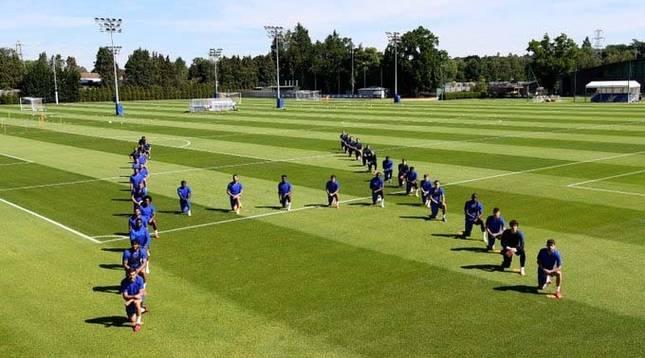 Foto de los jugadores del Chelsea, arrodillados en señal de protesta por la muerte del ciudadano estadounidense George Floyd.