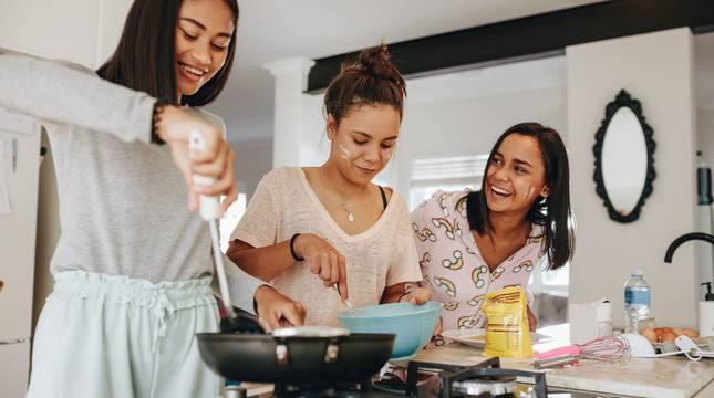 Imagen de archivo de una familia en una cocina.